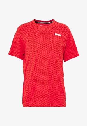 FC DRY TEE SMALL BLOCK - Print T-shirt - track red