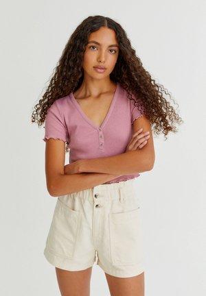 GERIPPTES CROPPED-SHIRT MIT KNÖPFEN - T-shirts basic - pink