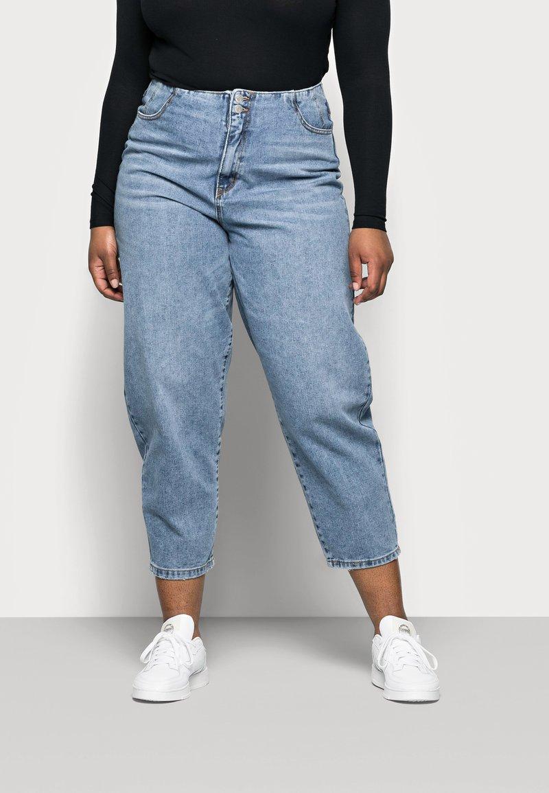 Vero Moda Curve - VMIDA BARREL CUTLINE - Relaxed fit jeans - light blue denim