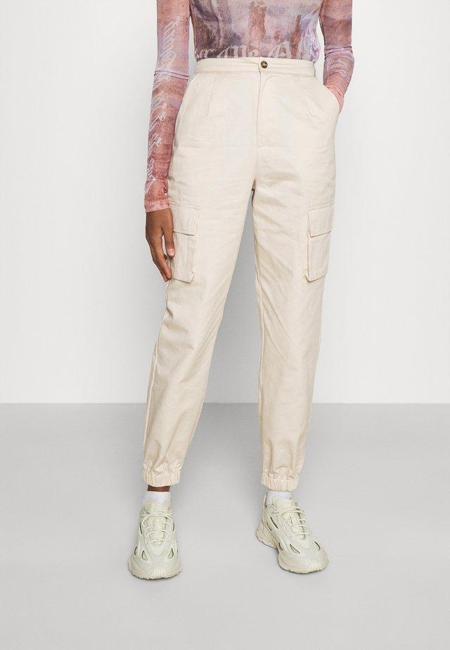 POCKET DETAIL TROUSERS - Pantalon cargo - cream