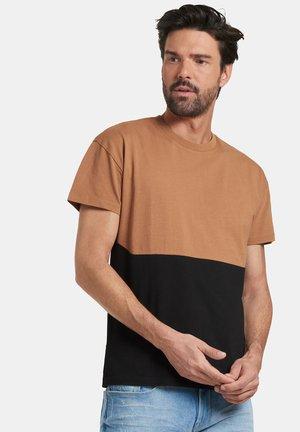 TREVOR - Print T-shirt - brown