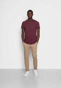 Pier One - T-shirt med print - bordeaux - 1