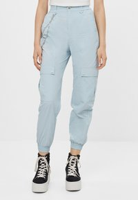 Bershka - MIT KETTE - Trousers - light blue - 0