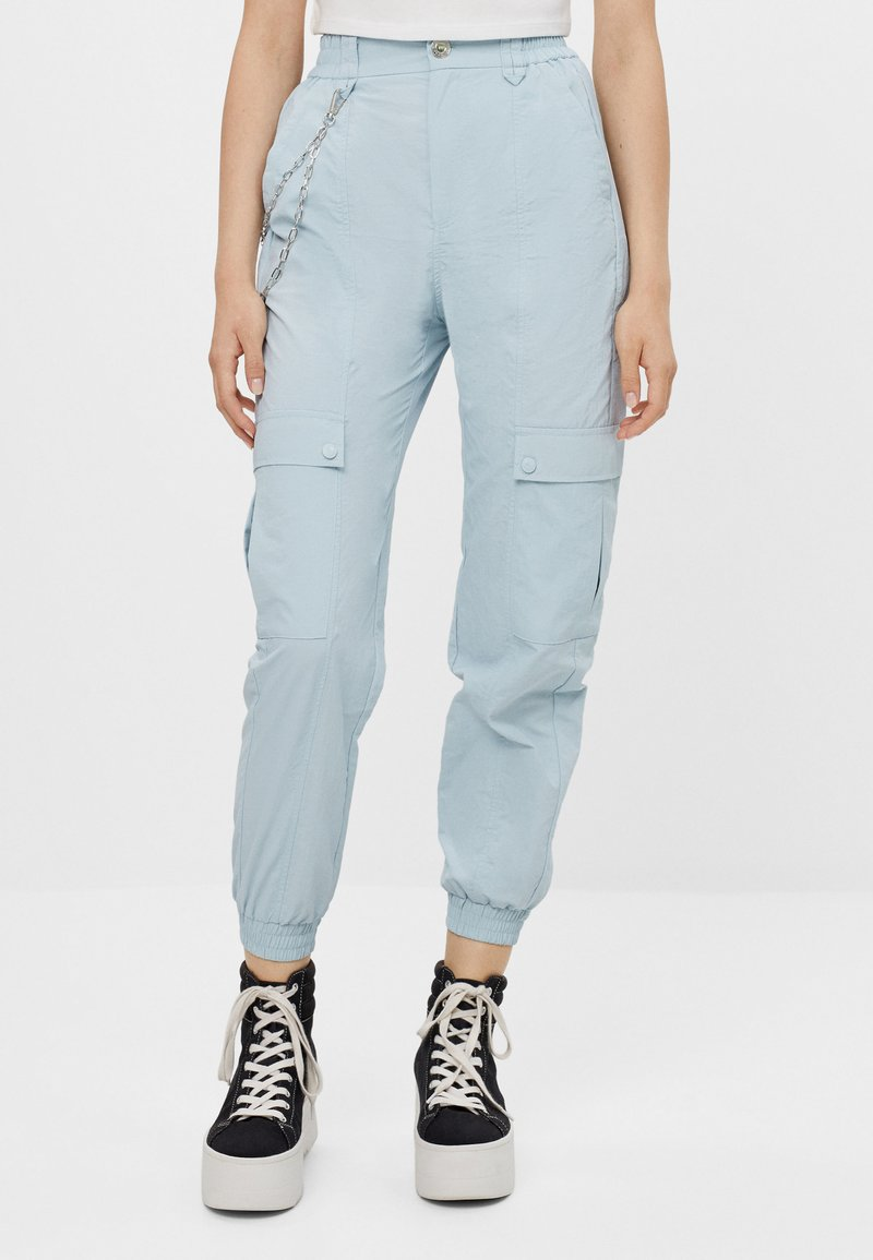 Bershka - MIT KETTE - Trousers - light blue