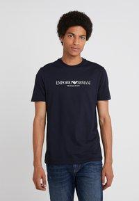 Emporio Armani - EAGLE BRAND - T-shirt imprimé - blu navy - 0