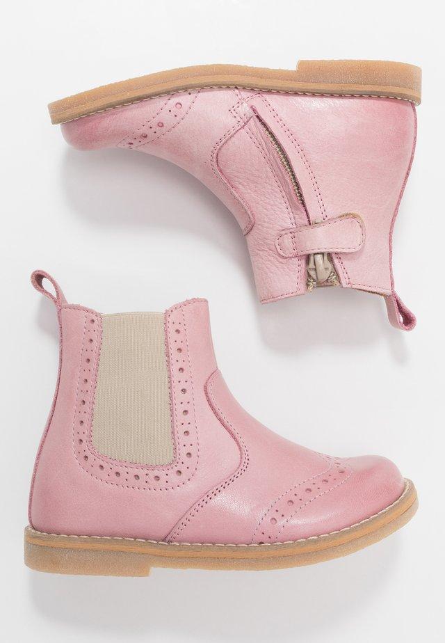 CHELYS BROGUE NARROW FIT - Botki - pink