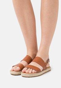 Emmshu - ANIELA - Sandaalit nilkkaremmillä - brown - 0