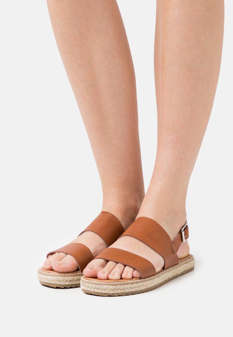 Emmshu - ANIELA - Sandaalit nilkkaremmillä - brown