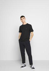 Calvin Klein - LOGO 2 PACK - Basic T-shirt - black/black - 1