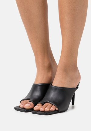 TOE POST HIGH CUT QUILTED MULES - Heeled mules - black