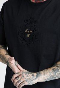 SIKSILK - DANI ALVES PRESTIGE ESSENTIALS TEE - Print T-shirt - black - 4