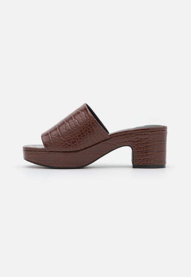 Pantofle na podpatku - brown medium dusty