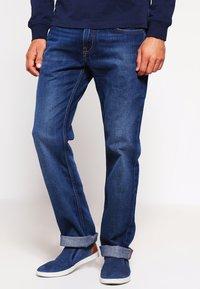 Tommy Hilfiger - MERCER - Straight leg jeans - midle blue - 0