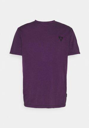 RELAXED FLAG TEE UNISEX - Basic T-shirt - purple
