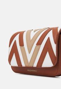 Valentino Bags - ANTEA - Käsilaukku - cuoio/multicolor - 4