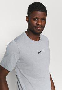 Nike Performance - Print T-shirt - particle grey/white/(black) - 3