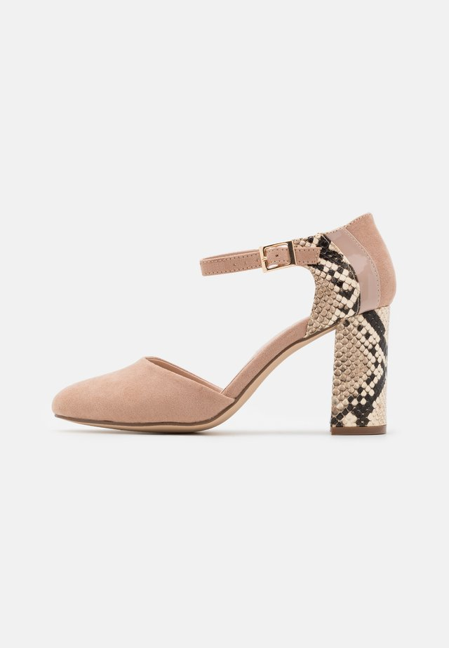 DOLLIE COURT - Tacones - pink