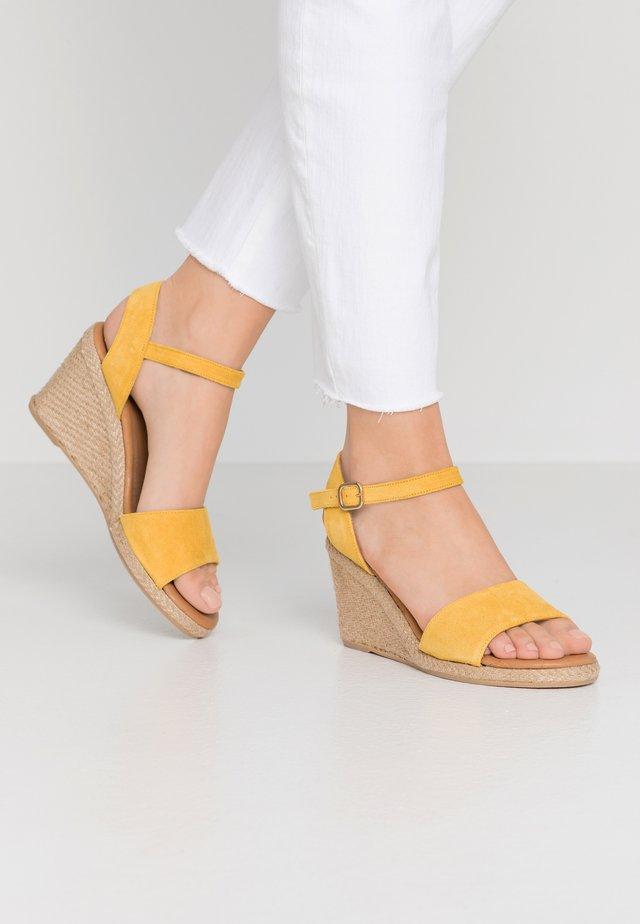 Sandaletter med kilklack - sun