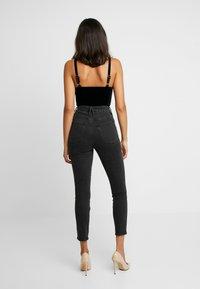 Good American - GOOD CURVE FRONT YOKE - Jeans Skinny - black - 4