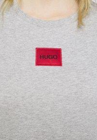 HUGO - THE SLIM TEE - T-shirt z nadrukiem - grey melange - 5