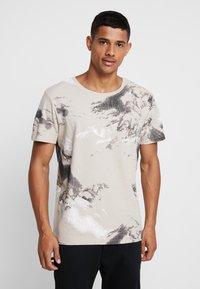 Jack & Jones - JCOMONT TEE CREW NECK - T-shirt med print - feather gray - 0