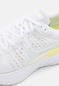 Nike Performance - REACT INFINITY RUN FK 2 - Obuwie do biegania treningowe - white/platinum tint/light zitron - 5