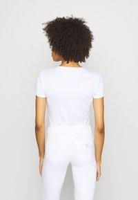 Guess - RNKAMELIA  - Print T-shirt - true white - 2