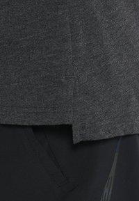 Nike Performance - T-shirts basic - black heather/metallic hematite - 5