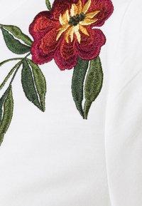 Vila - VILUKI SHOULDER EMBROIDERY - Sweatshirt - snow white/two toned red - 2