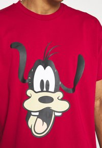 Levi's® - DISNEY MICKEY AND FRIENDS TEE - Print T-shirt - crimson - 5