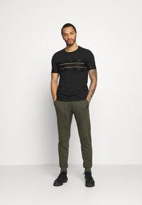 Glorious Gangsta - BARCO TEE - Print T-shirt - black/gold - 1