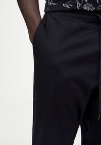 PULL&BEAR - Spodnie treningowe - mottled black - 3