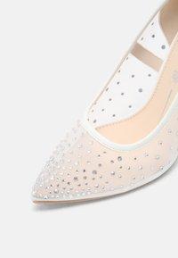 Buffalo - KLEO - Classic heels - ivory - 5