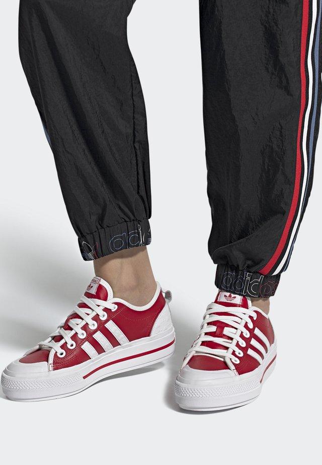 NIZZA PLATFORM  - Sneakers laag - scarlet/footwear white/core black