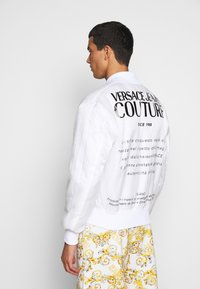 Versace Jeans Couture - RISTOP PRINTED LOGO BAROQUE - Bomberjacke - bianco ottico - 7