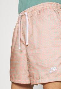 Nike Sportswear - FLOW GRID - Shortsit - crimson bliss/white - 3