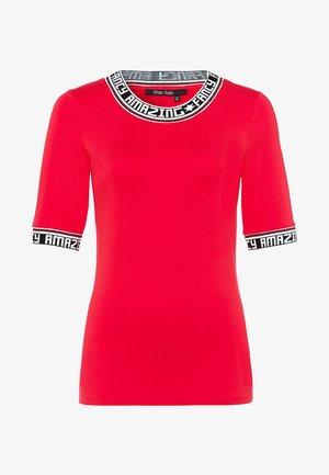 MIT SCHRIFT UND RINGELBLENDEN - Print T-shirt - red