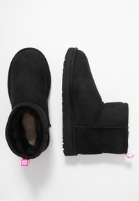 UGG - CLASSIC MINI GRAPHIC LOGO - Bottines - black/neon pink - 3