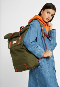 Doughnut - CHRISTOPHER - Rucksack - army with rust straps - 8