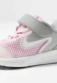 Nike Performance - DOWNSHIFTER - Obuwie do biegania treningowe - pink foam/white/metallic silver/pure platinum - 5