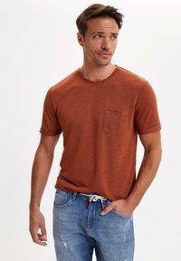 DeFacto - T-shirts basic - brown - 0