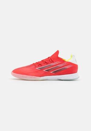 X SPEEDFLOW 1 IN - Indoor football boots - red/core black/solar red