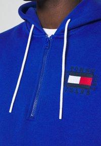 Tommy Jeans - HALF ZIP HOODIE UNISEX - Sweatshirt - providence blue - 4