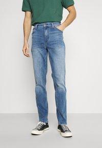 Mustang - TRAMPER - Jeans Tapered Fit - denim blue - 0