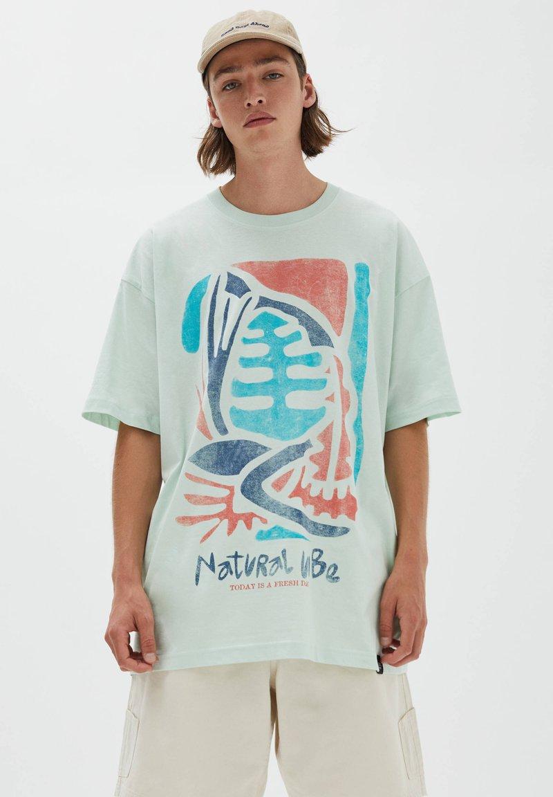 PULL&BEAR - NATURAL VIBES - Print T-shirt - light blue