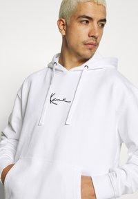 Karl Kani - SIGNATURE HOODIE - Bluza z kapturem - white/black - 3