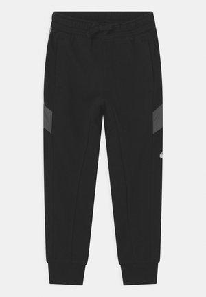 ELEVATED TRIMS - Pantalones deportivos - black