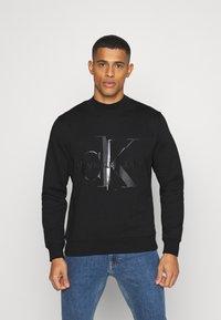 Calvin Klein Jeans - SHINY MONOGRAM CREW NECK UNISEX - Sweatshirt - black - 0