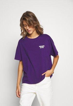 GIRLFRIEND TEE - Triko spotiskem - petunia purple