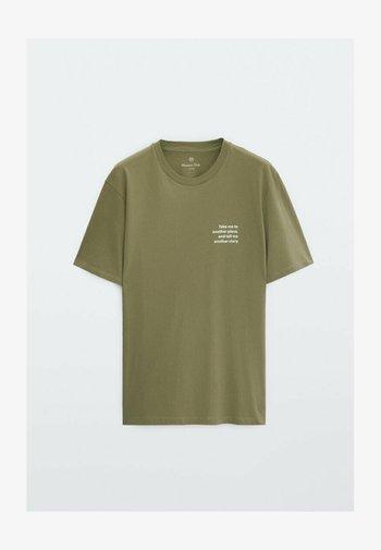 MIT SLOGAN  - Print T-shirt - green